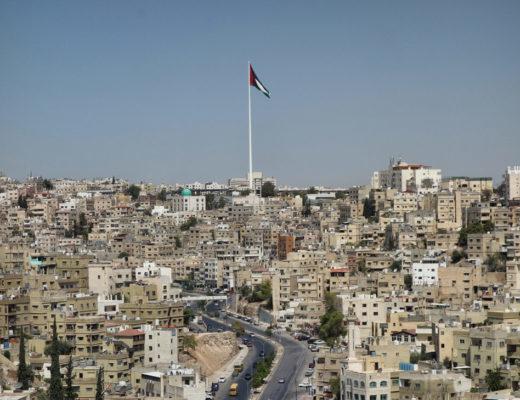 Amman vue depuis la citadelle avec drapeau jordanien