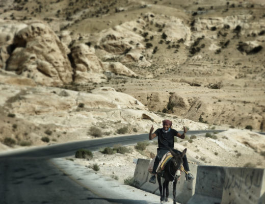 Bedouin sur un ane en jordanie