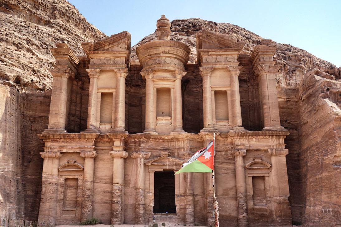 Petra monastere drapeau Jordanie
