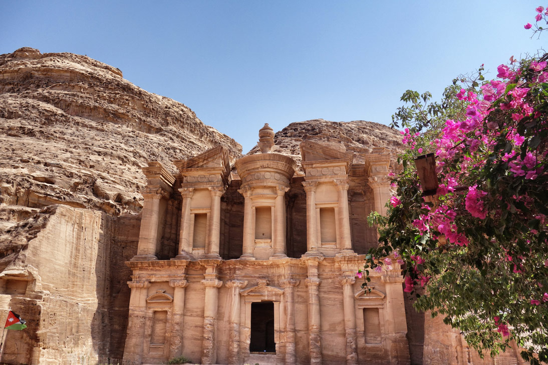 Petra monastere fleurs Jordanie
