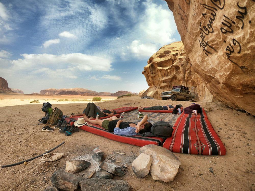 Sieste dans le désert Wadi Rum